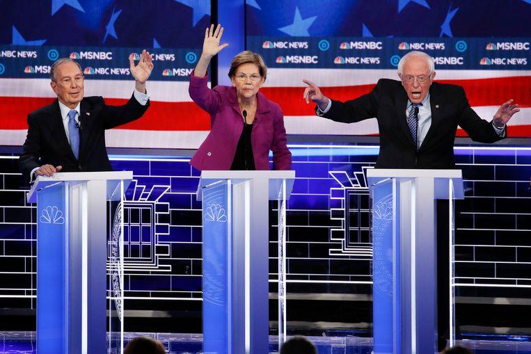 Bernie Sanders (r.) met twee van zijn Democratische tegenstanders Michael Bloomberg en Elizabeth Warren.