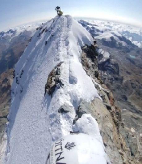 Il filme des images spectaculaires au sommet du Mont Cervin