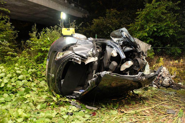 Het voertuig raakte ernstig beschadigd. Naast de 22-jarige Mechelaar raakten nog twee anderen zwaargewond.
