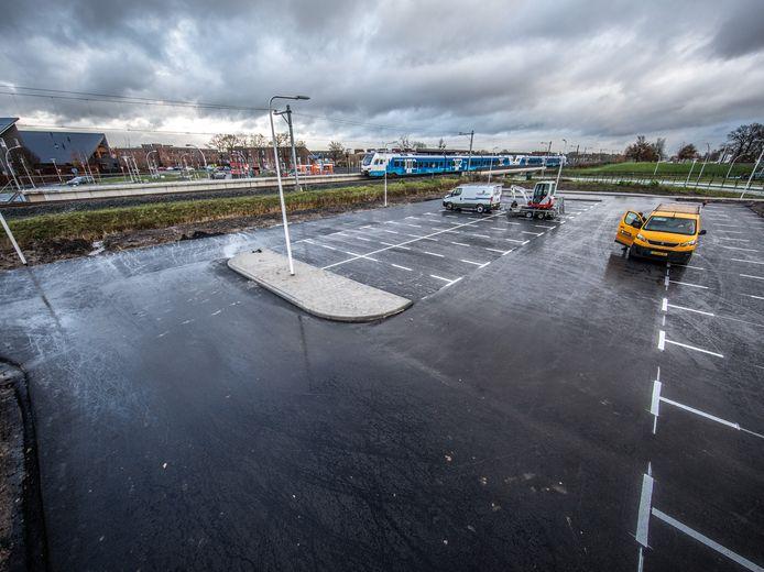 Het parkeerterrein aan de zuidzijde van station Zwolle Stadshagen is er ook klaar voor. Zondag wordt het station in gebruik genomen. Mensen die met de auto komen om hier op de trein te stappen, kunnen op deze parkeerplaats parkeren en onder het spoor door naar het station lopen.
