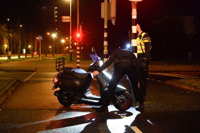 Politie inspecteert de scooter.