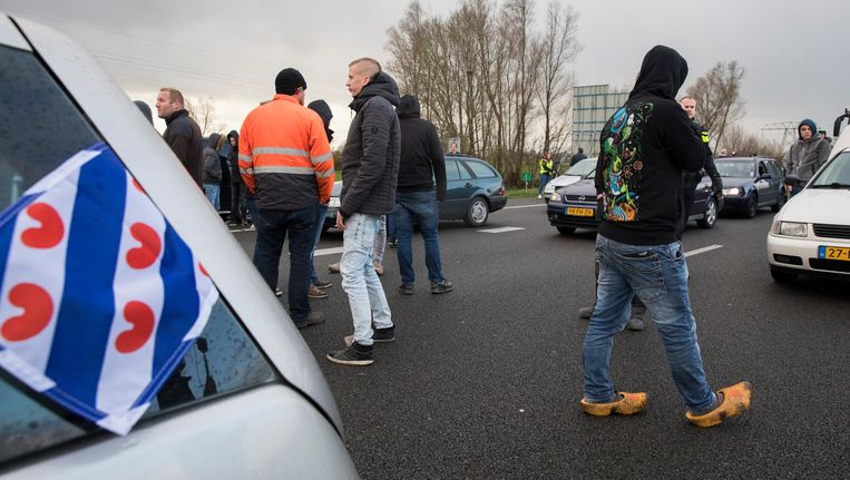 Een groep Friezen blokkeerde voorafgaand aan de Sinterklaasintocht in 2017 de A7 richting Dokkum. Beeld ANP