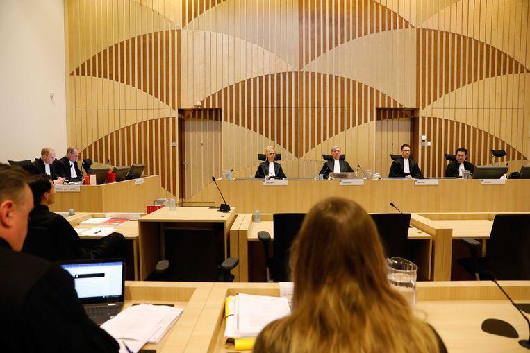 V.L.N.R. Officieren van justitie Rick Mol en Sjoerd Sleeswijk Visser, Richard Korver en Lisa Harteveld, advocaten van een deel van de familie en rechter Yolande Wijnnobel-van Erp, voorzitter van de rechtbank Jan Willem du Pon en rechter N.F.H. van Eijk tijdens de regiezitting in de strafzaak tegen twee agenten die betrokken waren bij de aanhouding van Mitch Henriquez.  Beeld ANP