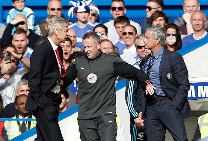 Onvriendelijkheden tussen Arsène Wenger (links) en José Mourinho tijdens een wedstrijd tussen Arsenal en Chelsea.
