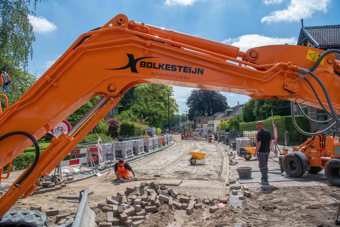 De verbouwing van de drukke Rijksstraatweg in Voorst tot een rustige dorpsstraat met klinkers loopt iets achter op schema.
