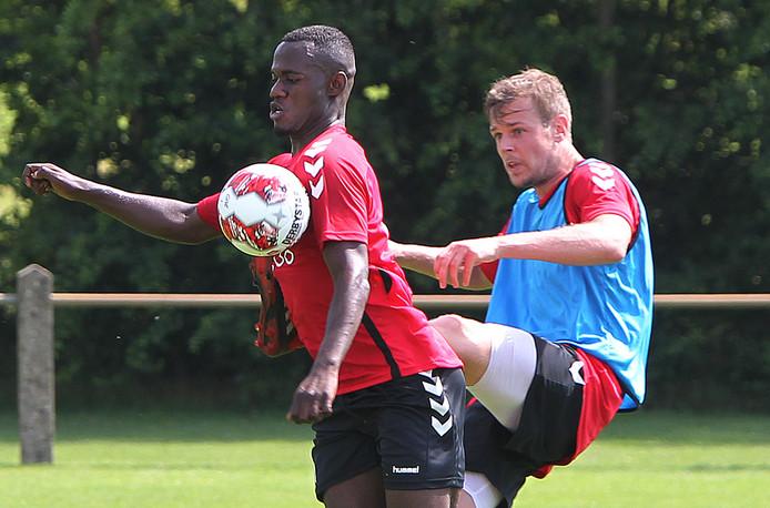 Samuel Wakana in duel met Jeroen Veldmate op de training van GA Eagles in Terwolde.