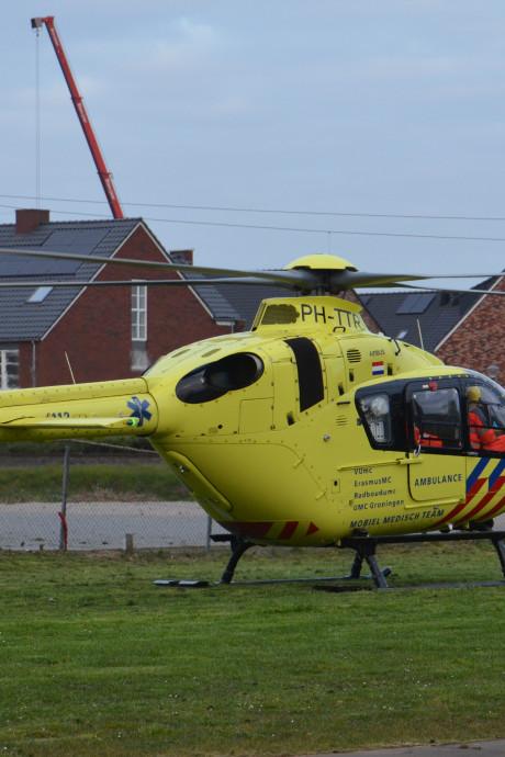 Traumahelikopter landt in Waddinxveen voor onwel geworden persoon: hulpverleners met mondkapjes