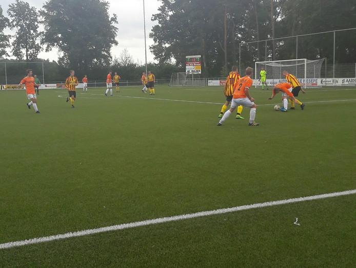 Wesepenaar Marcel Wichems (rood-geel) en Erwin Dijkman van Broekland duelleren om de bal.