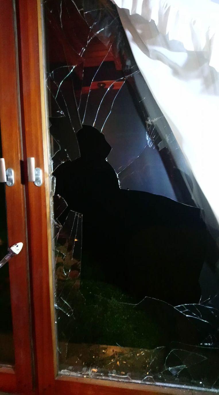Langs de Olmendreefrede in Lede werd maandagavond een raam ingeslagen.