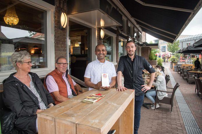 Het Wapen van Ermelo is het enige restaurant op de Noordwest-Veluwe dat over een terras beschikt dat deels rookvrij is. Eigenaar Sanjay Kowlesar (tweede van rechts) houdt het niet-roken bordje omhoog.