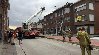 Straat afgesloten voor dakbrandje