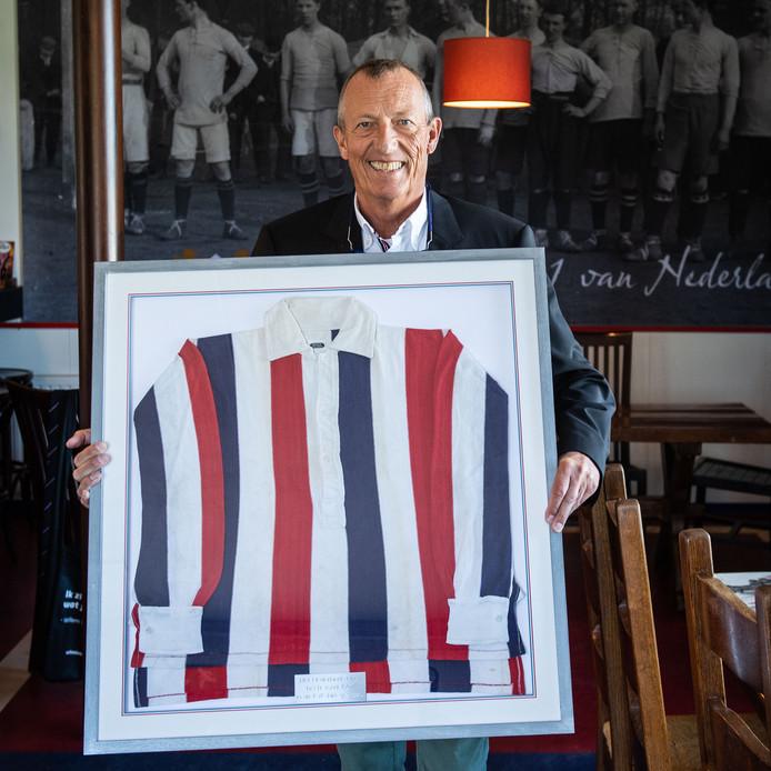 Bij voetbalvereniging PW heeft Willem Janssen een shirt aangeboden waarmee zijn opa, ook Willem Janssen een wedstrijd van het Nederlands Elftal heeft gespeeld tegen Belgie in 1907.