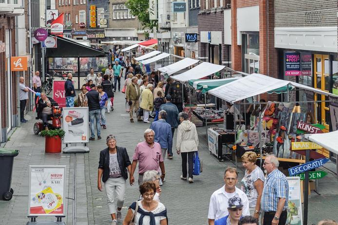 Beeld van de Hengelose binnenstad, zondag tijdens de zomermarkt.