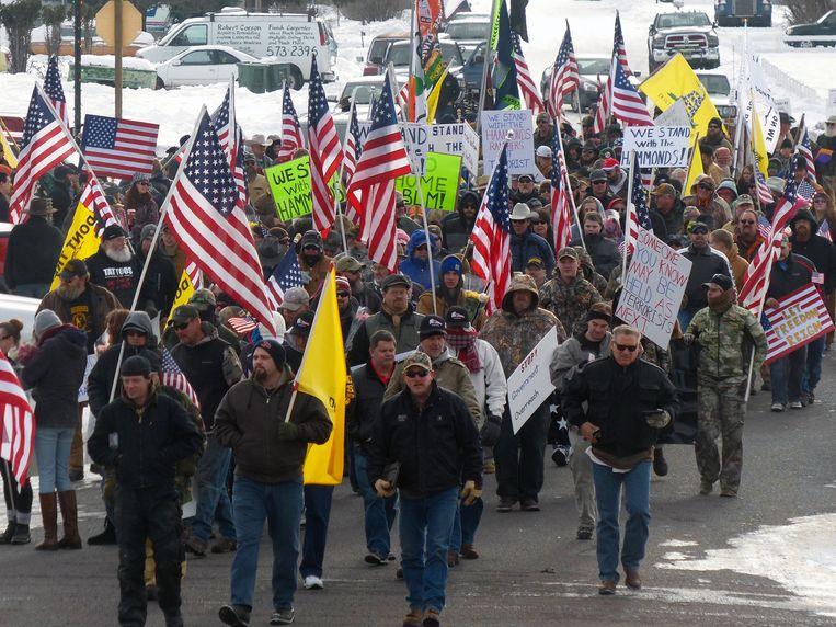 De demonstranten liepen zaterdag eerst door Burns uit protest tegen de veroordeling van de Hammond-familie. Beeld ap