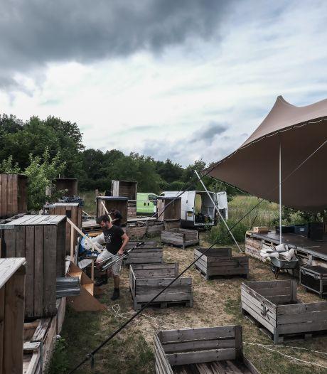 Koos uit Groessen is het stilzitten beu en bouwt mini-theater in boomgaard