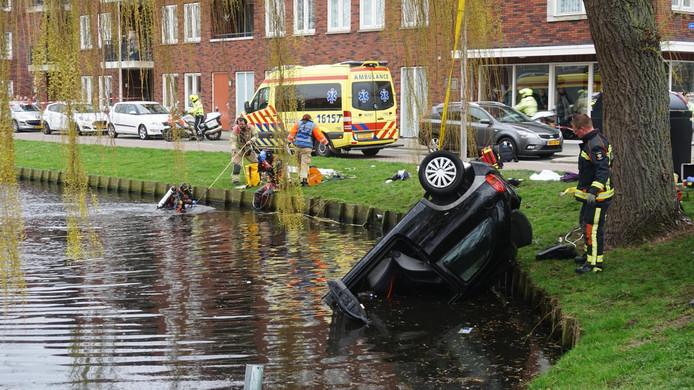 De auto wordt uit het water gehaald en duikers houden een zoektocht in het water.