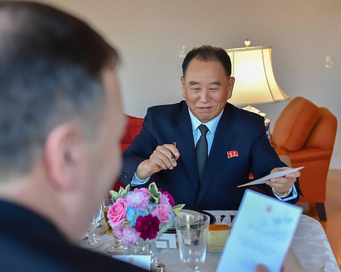 Kim Yong-chol aan tafel met de Amerikaanse minister van Buitenlandse Zaken, Mike Pompeo.