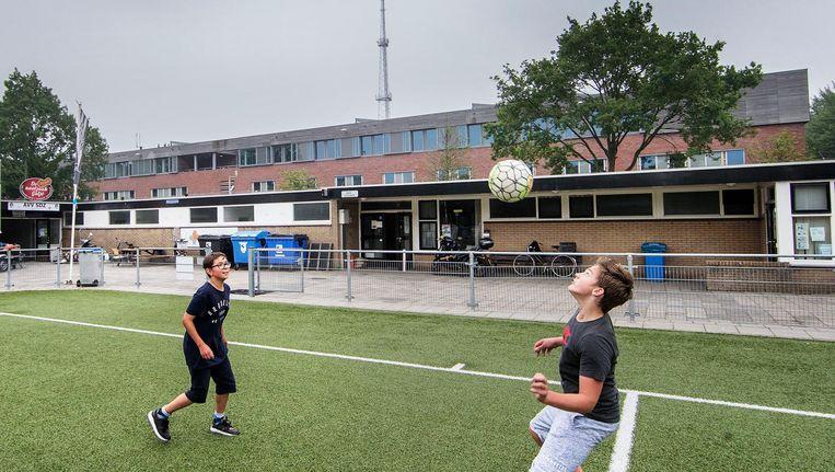 Het gebouw waar de asielzoekers worden opgevangen, ligt pal achter de kantine van voetbalclub SDZ Beeld Jean-Pierre Jans