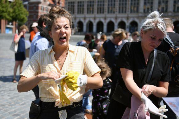 Frances Lefebure streek neer in Leuven om sigarettenpeuken te gaan rapen.