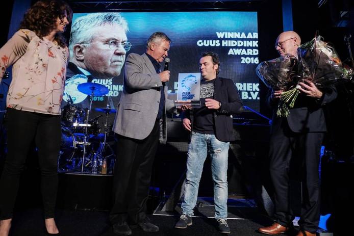 Guus Hiddink geeft de prijs aan Ronnie Degen van De Feestfabriek.