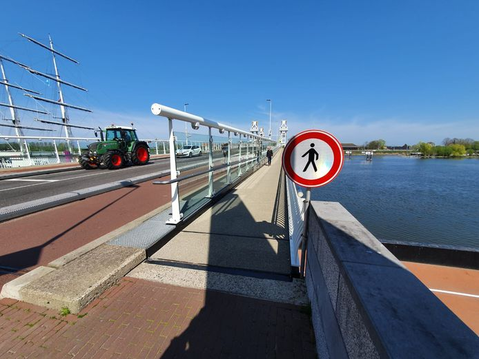 De nieuwe looprichting op de Stadsbrug in Kampen.