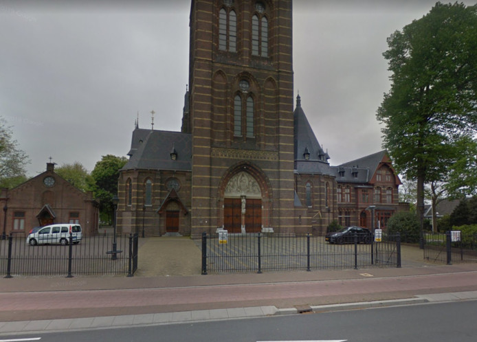 De stoet begint bij de Sint-Vitruskerk