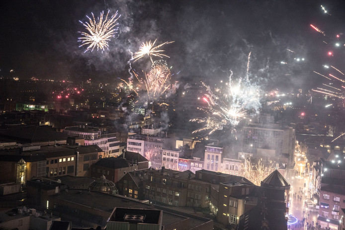 Afsteken vuurwerk boven de Markt in Eindhoven