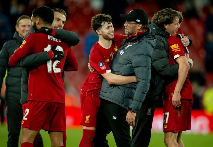 Neco Williams geeft zijn trainer een knuffel na de zege op Everton begin dit jaar in de FA Cup.