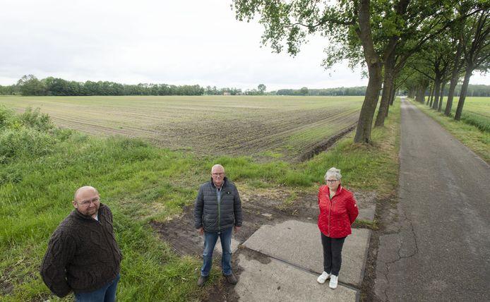De buurtbewoners Roy te Boome, John te Vruchte en Adèle Woertman voor de akker aan de Boksveenweg waar een 9,5 hectare groot zonnepark moet komen.