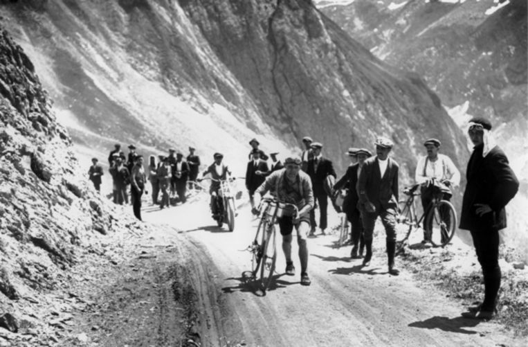 Lucien Buysse, winnaar Tour de France 1926, beklimt de Tourmalet. Beeld Hollandse Hoogte / Presse Sports