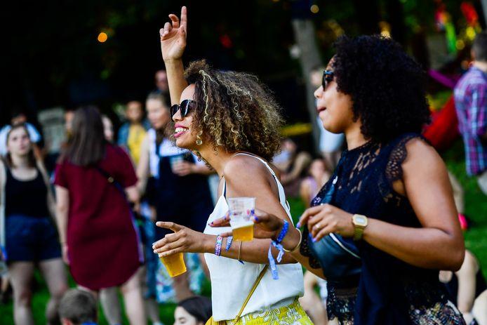 Bezoekers genieten van festival Couleur Café in Brussel.