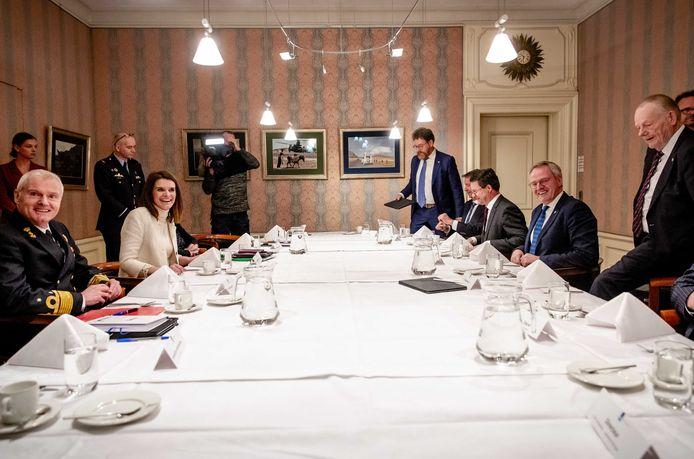 Lachende gezichten aan het begin van het overleg, dinsdagavond in Den Haag.