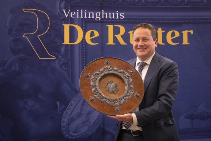 Directeur Johan de Ruiter van het veilinghuis met het waardevolle bord.