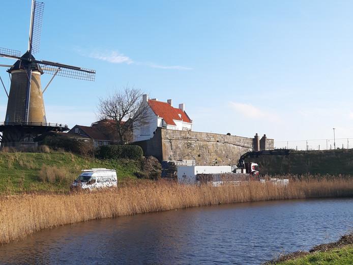 Aannemer Leenhouts uit Oostburg bouwt zijn spullen op voor restauratie van het Blauwe Bolwerk in Zierikzee. Leenhouts restaureerde afgelopen jaar ook de zuid- en westgevel van de Dikke Toren.