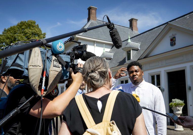 Rapper en politicus Gideon Everduim staat de pers te woord bij het Catshuis na afloop van het gesprek met premier Mark Rutte. Beeld ANP - Sem van der Wal