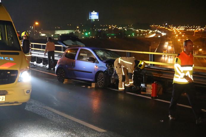 Een auto is afgelopen nacht tegen de vangrail gereden bij het Prins Clausplein A12