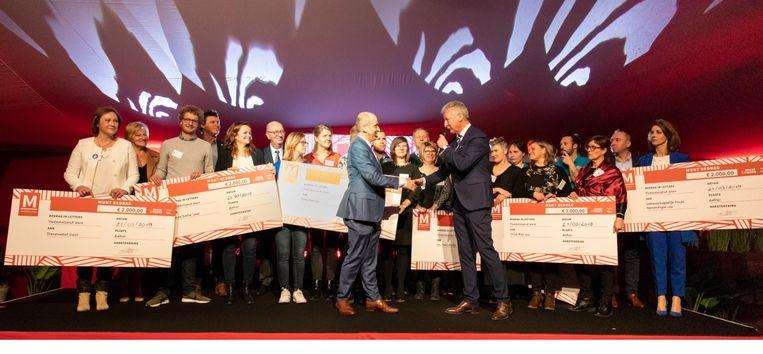 Geert Ally en Pieter De Crem deelden de cheques uit.