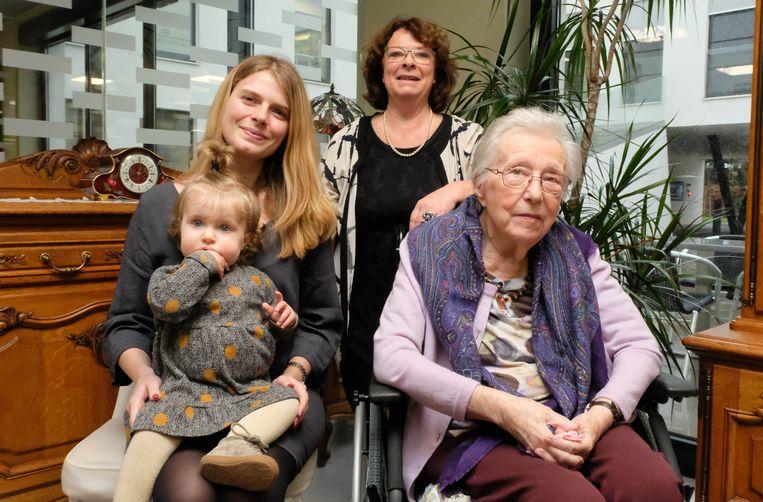Overgrootmoeder Leona  Danckaert , grootmoeder Chris Bauwens en mama Isabeau Van Houdt poseren met de kleine Chloe Van Ranst, die het viergeslacht compleet maakt.