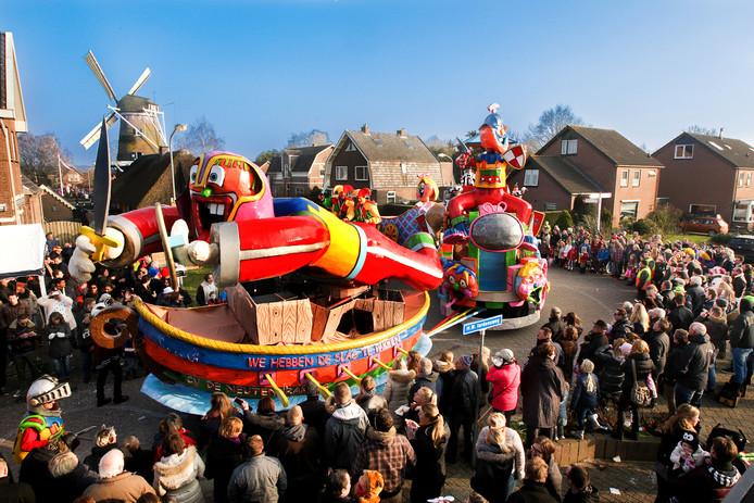 Archieffoto van de carnavalsoptocht in Wilp-Achterhoek. Of de optocht zondagmiddag doorgaat, hangt van de kracht van de windstoten af.