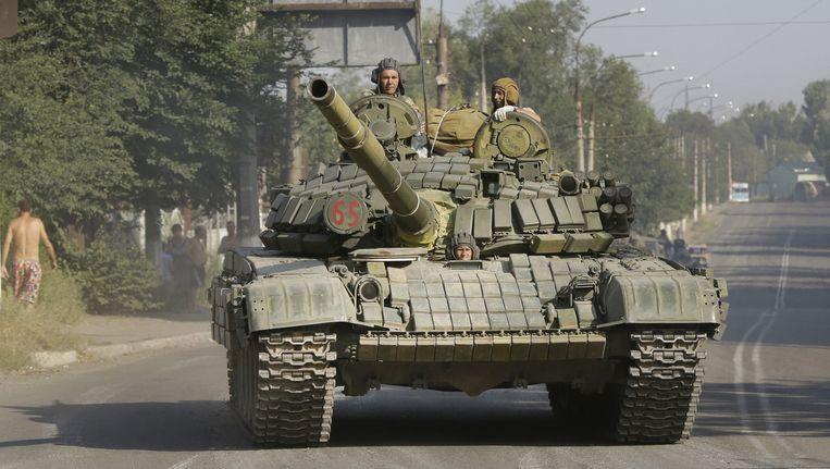 Pro-Russische rebellen op een tank in Krasnodon. Beeld ap