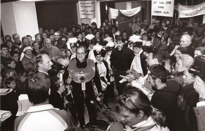 Protest tegen sluiting Sportfondsenzwembad in Geldrop (1987).