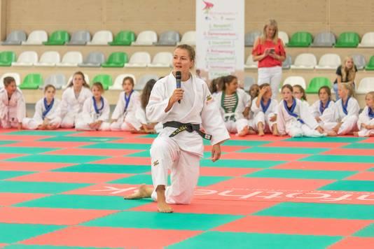 Het is muisstil in het Omnium als wereldtopper Juul Franssen uitleg geeft voorafgaand aan een judoclinic.