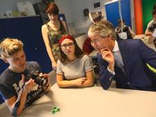 Minister Slob bezoekt Kempenhorst in Oirschot: Hee, mijn zoon heet ook Aron