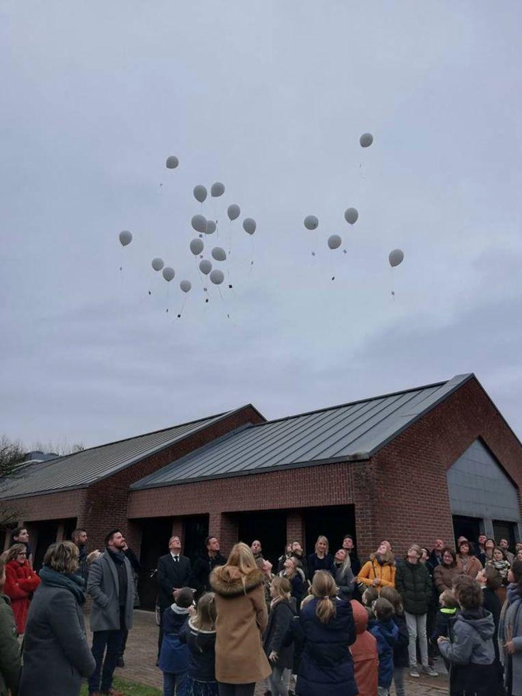 Witte ballonnen werden opgelaten door de klasgenootjes van Gilles' broer Beau.