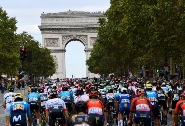 Een beeld van het Tourpeloton vorig jaar op de Champs-Élysées. Dit jaar start de grootste wielerwedstrijd ter wereld in Brussel en trekken de renners meteen door het Pajottenland.