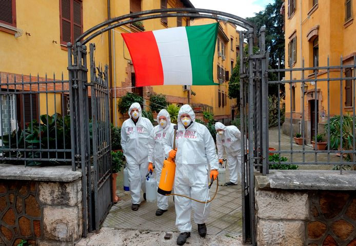 Des agents désinfectent les lieux publics (Rome, 28 mars)