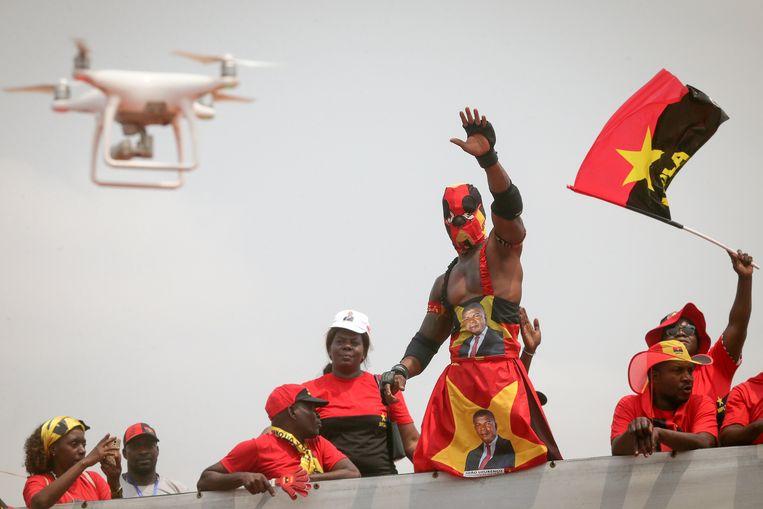 Aanhangers van presidentskandidaat João Lourenço van de MPLA laten zich zien en horen tijdens een bijeenkomst in Luanda. Beeld EPA