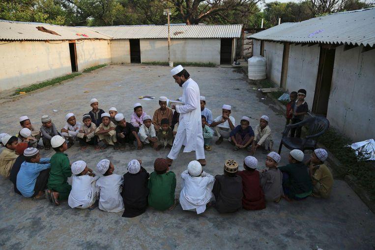 Rohingya-kinderen krijgen les in een vluchtelingenkamp in India. Beeld ap