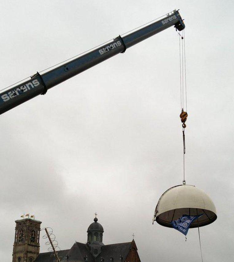 De koepel wordt van het dak verwijderd.