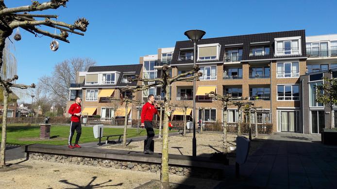Bram van Geffen (links) en Nick Linnenbank brengen de bewoners van De Leyenstein in beweging